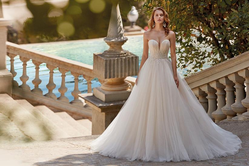 Vestido de novia Demetrios 2022 de corte princesa con escote corazón