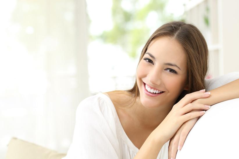 Chica sonriente después de hacerse un blanqueamiento dental
