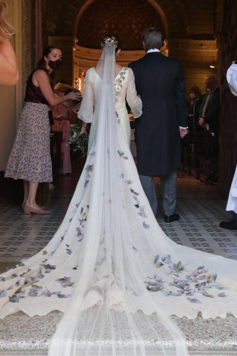 vestido de novia de María Corsini el día de su boda rematado con un largo velo de tul