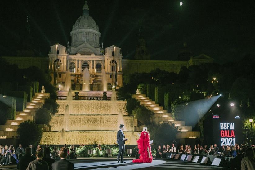 Escenario de presentación de la gala de la Barcelona Bridal Fashion Week 2021, con la Font Màgica de Montjuïc de fondo