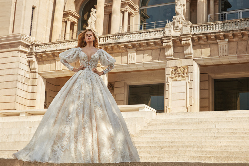 Vestido de novia Demetrios 2022 de corte princesa con mangas abullonadas