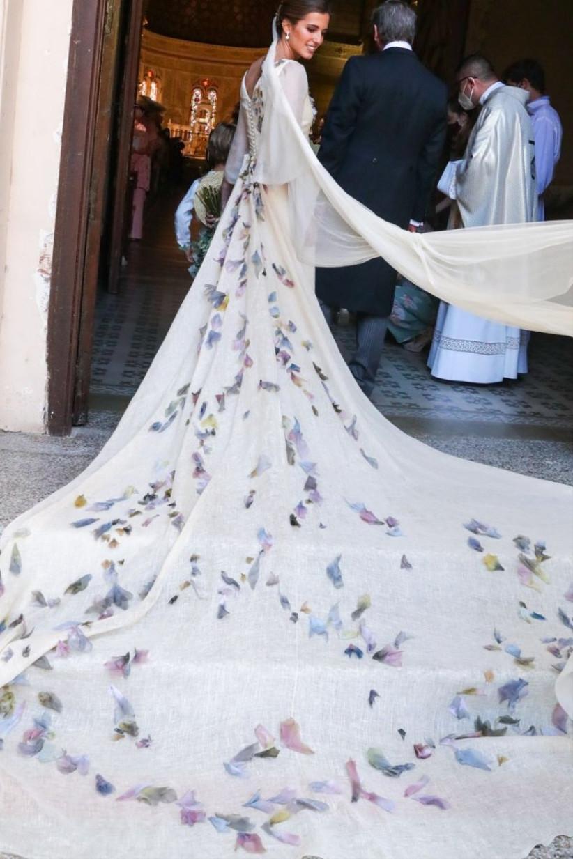 vestido de novia de María Corsini con bordado floreado a lo largo de la falda
