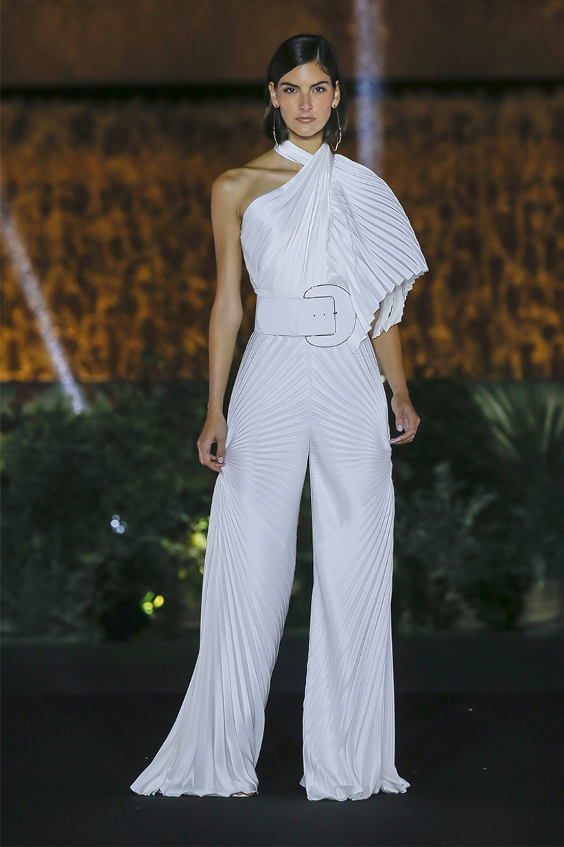 Conjunto con pantalones para novias con escote halter y cinturón, de Isabel Sanchis 2022, ideal para el día de la boda