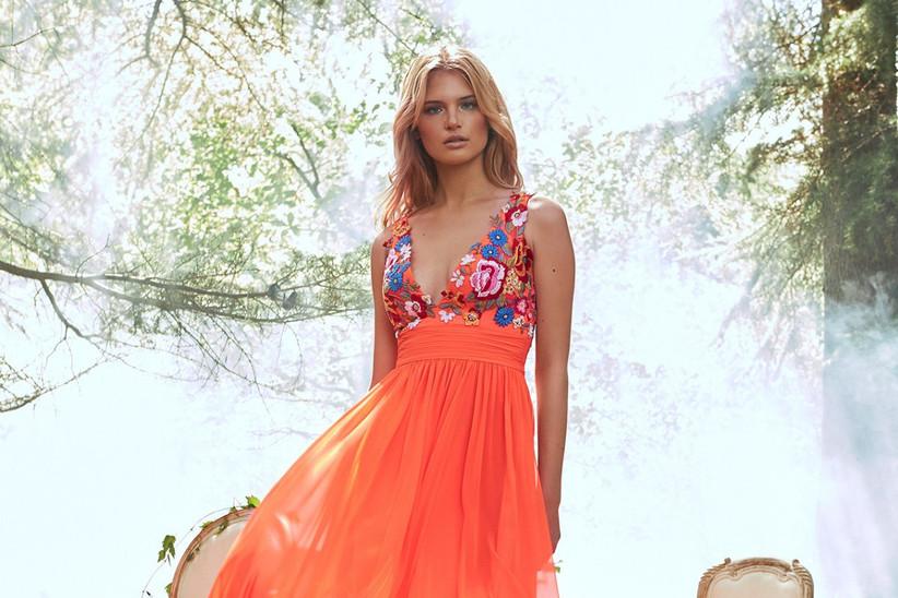vestido de fiesta Pronovias 2021 de color naranja con un escote con motivos florales multicolor