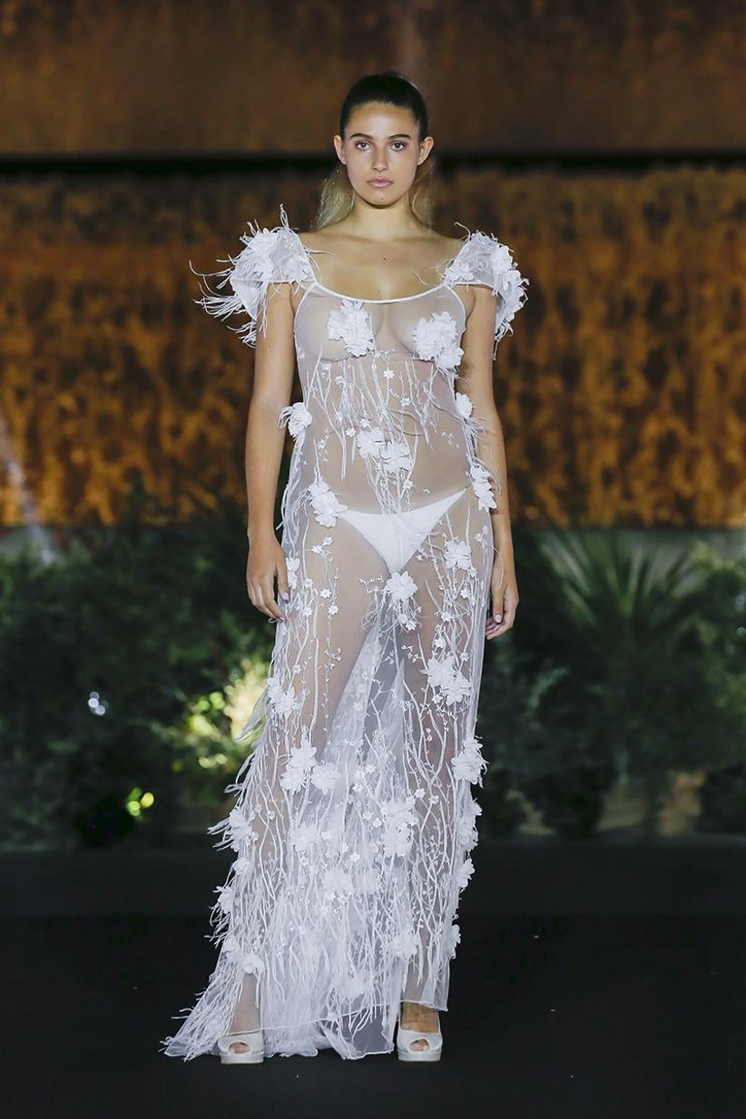 Vestido de novia con transparencias y plumas, de Olga Macià 2022, ideal para el día de la boda
