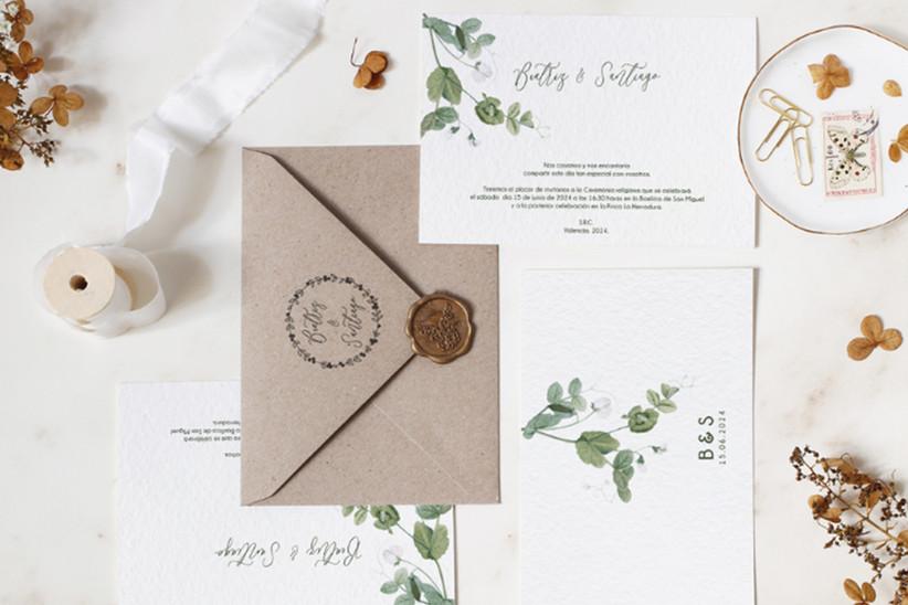 Invitación de boda con motivos florales en tonos verdes