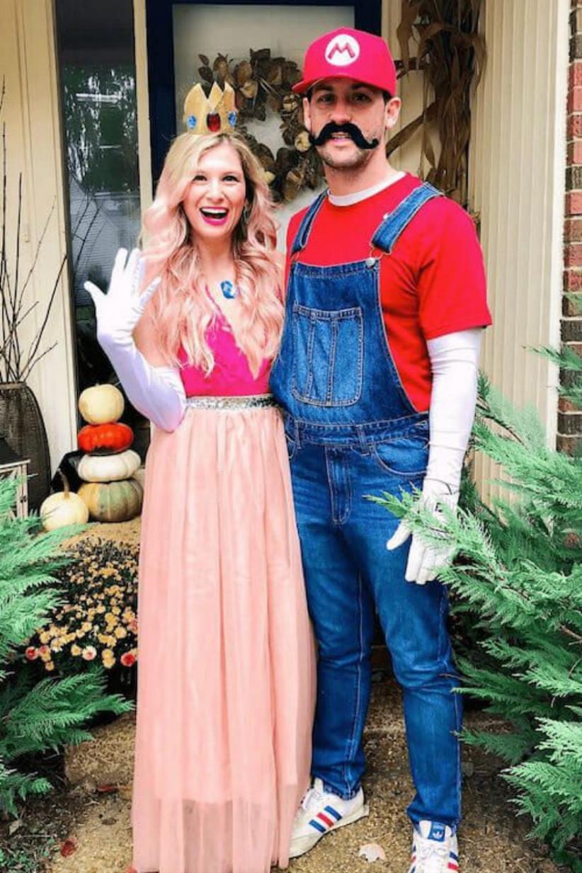 disfraz divertido y colorido de Mario y la Princesa Peach, ideal para celebrar el día de Halloween en pareja