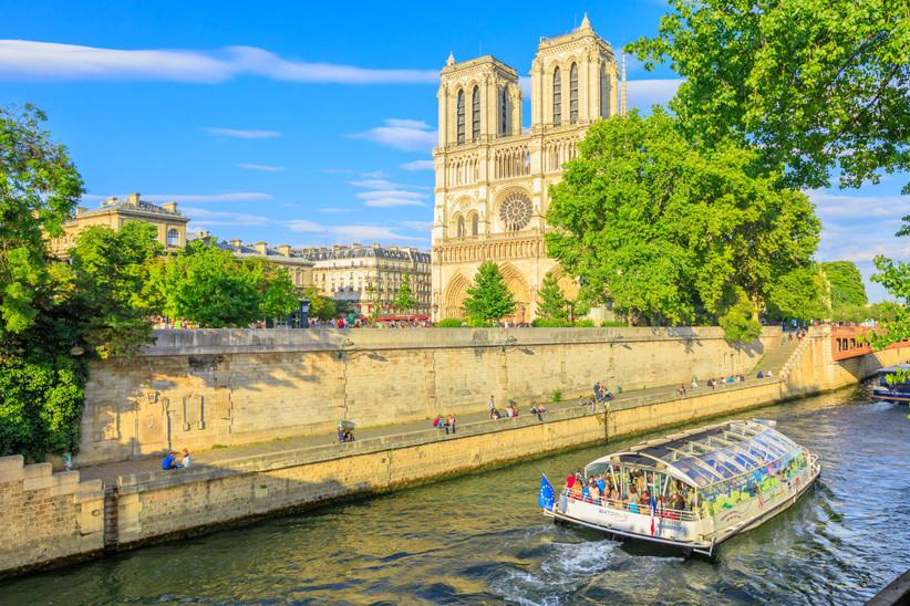 Luna de miel o escapada romántica antes de la boda en París: bateau mouche