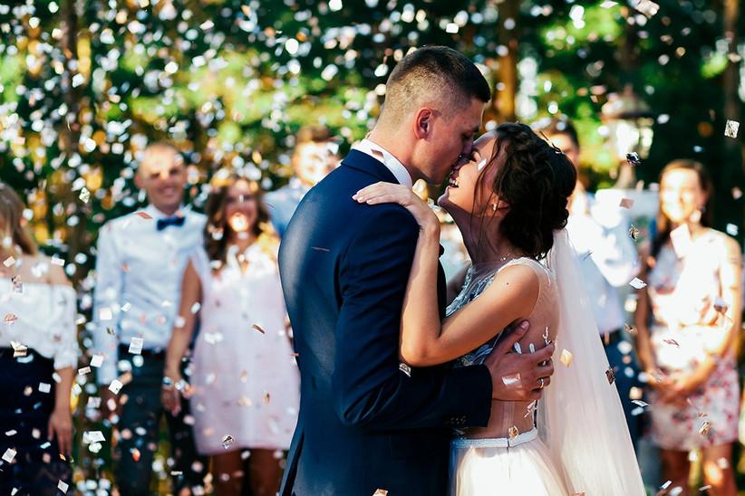 Pareja joven bailando el día de su boda