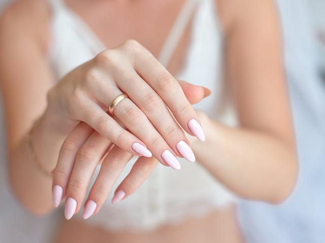 Manicura para novias con uñas de gel