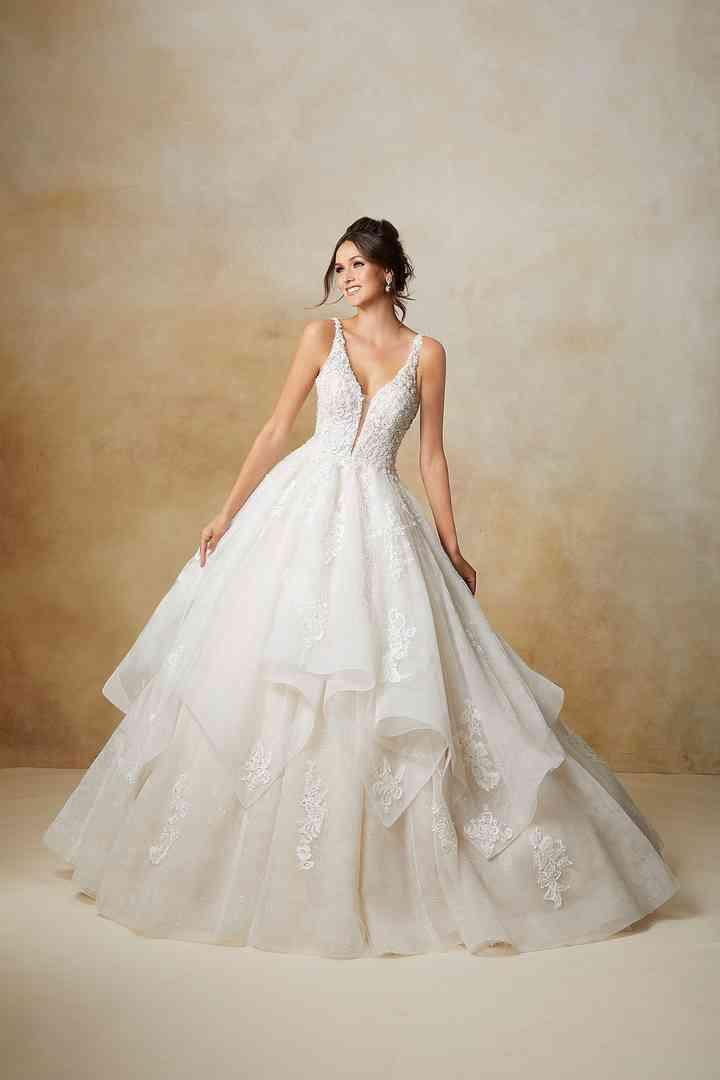 vestido de novia con falda princesa llena de volantes y escote en pico de la colección 2022 de Morilee, perfecto para la boda