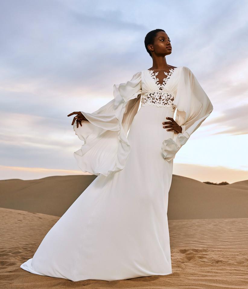 vestido de novia etéreo de la colección Edén Pronovias 2022 con mangas desmontables y cintura semitransparente