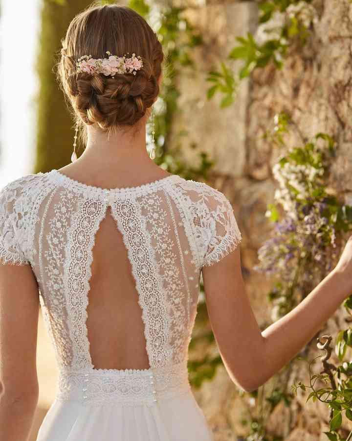 Espalda con encaje y escote con forma de ojo de cerradura de la colección 2022 de Aire Barcelona, ideal para novias románticas