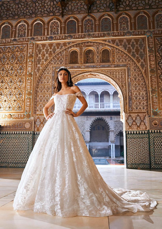 vestido de novia princesa de la colección Oasis Pronovias Privée 2022 con encaje translúcido y motivos florales para novias elegantes