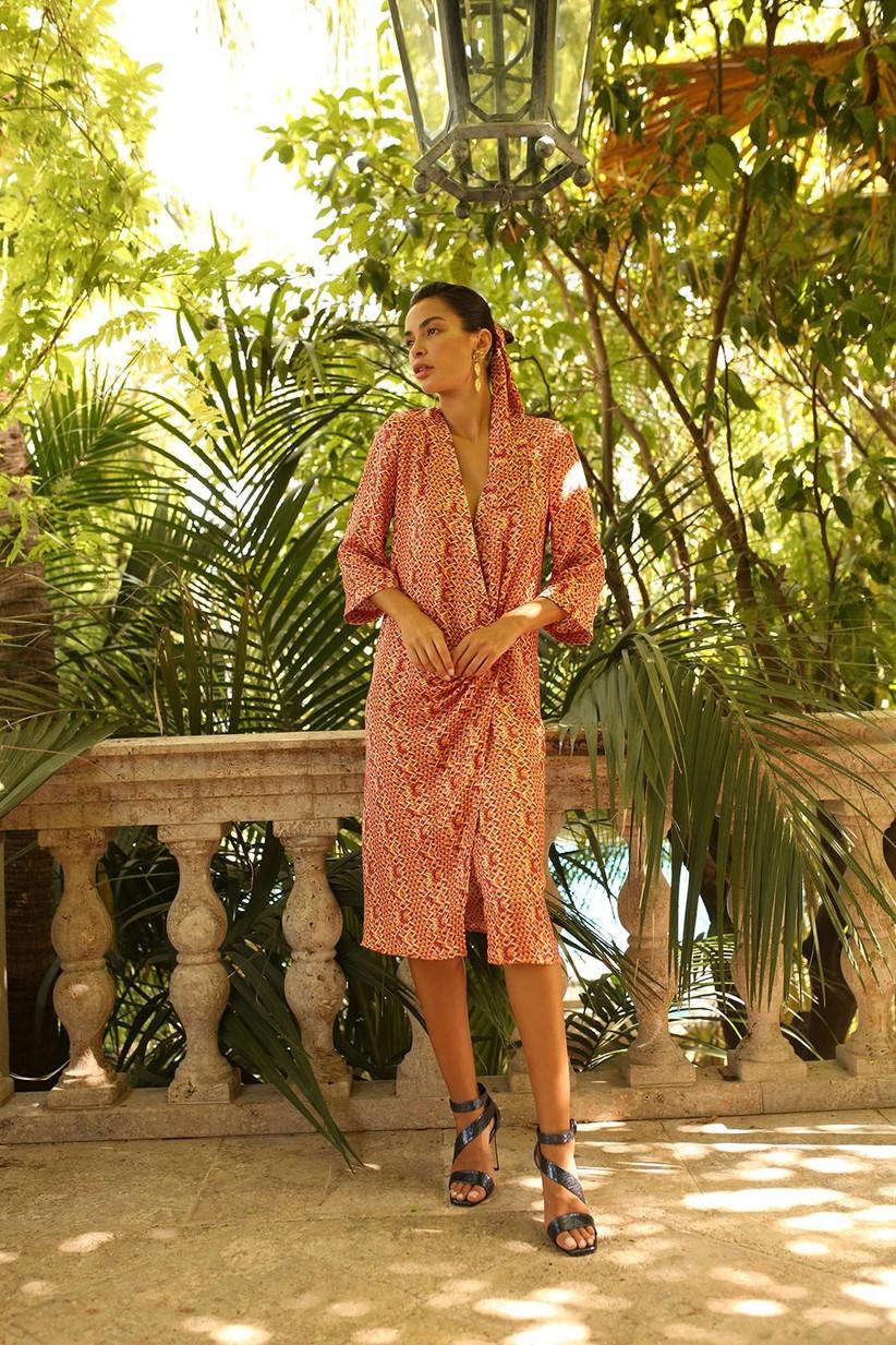 vestido de fiesta de Panambi 2021 con manga tres cuartos, estampado alegre en tonos naranjas y corte midi ideal para bodas al aire libre