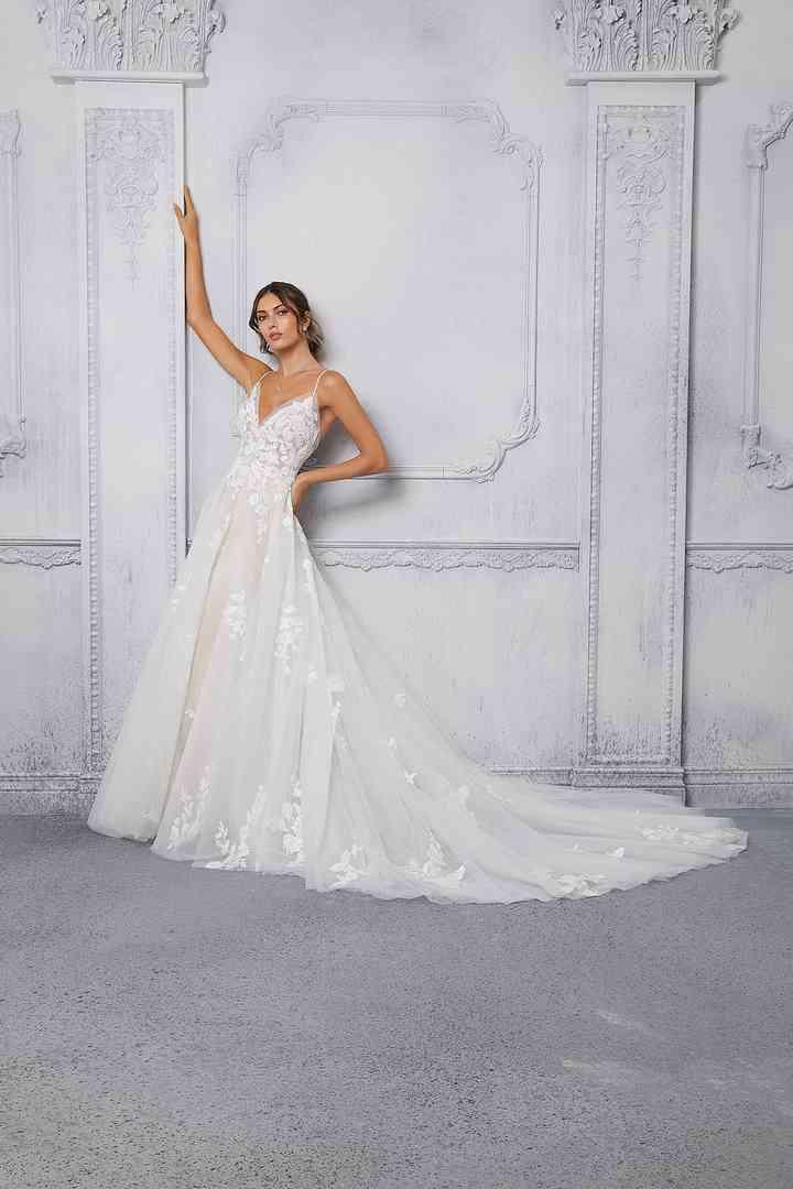vestido de novia de línea en A con escote en V y finos tirantes de la colección 2022 de Morilee, ideal para la boda