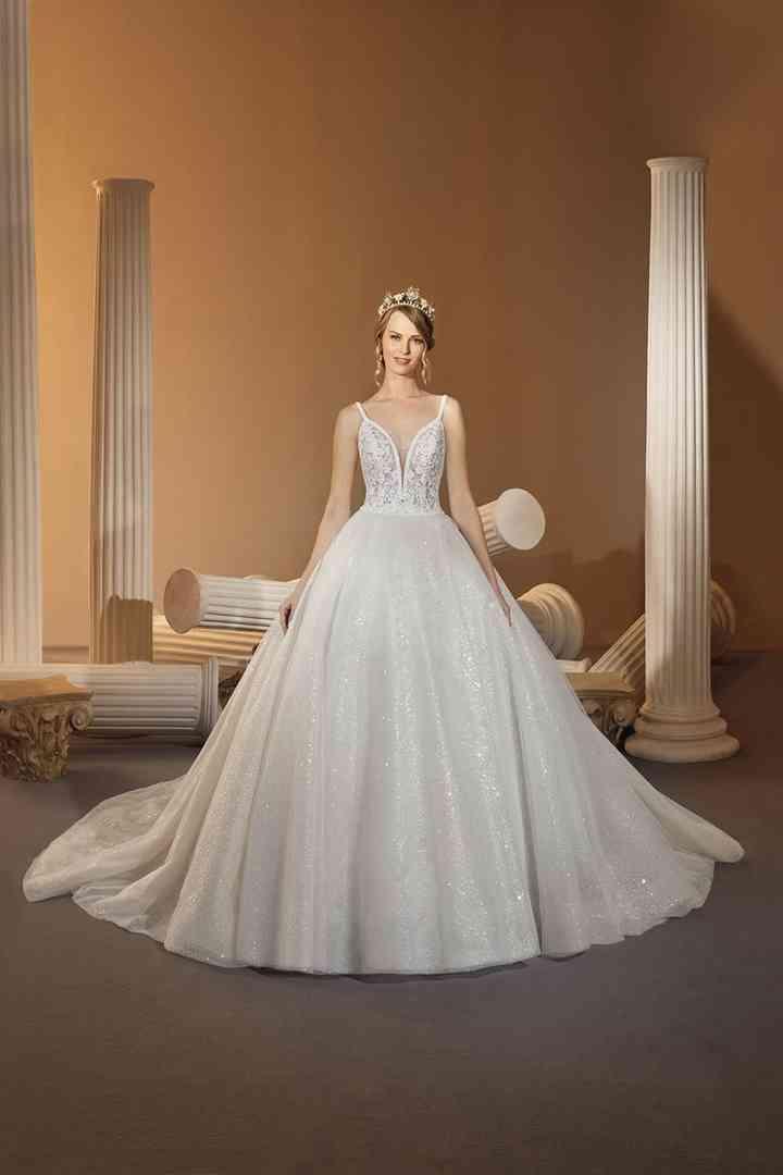 vestido de novia princesa con finos tirantes y escote en V de la colección 2022 de Demetrios, ideal para la boda