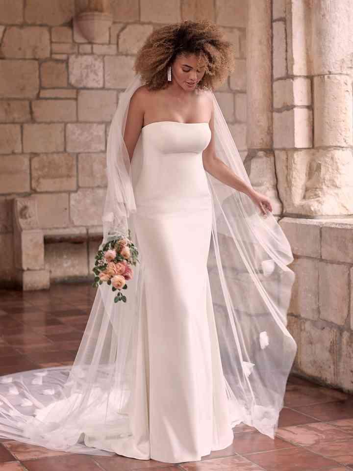 Vestido de novia sencillo con escote palabra de honor y velo Maggie Sottero