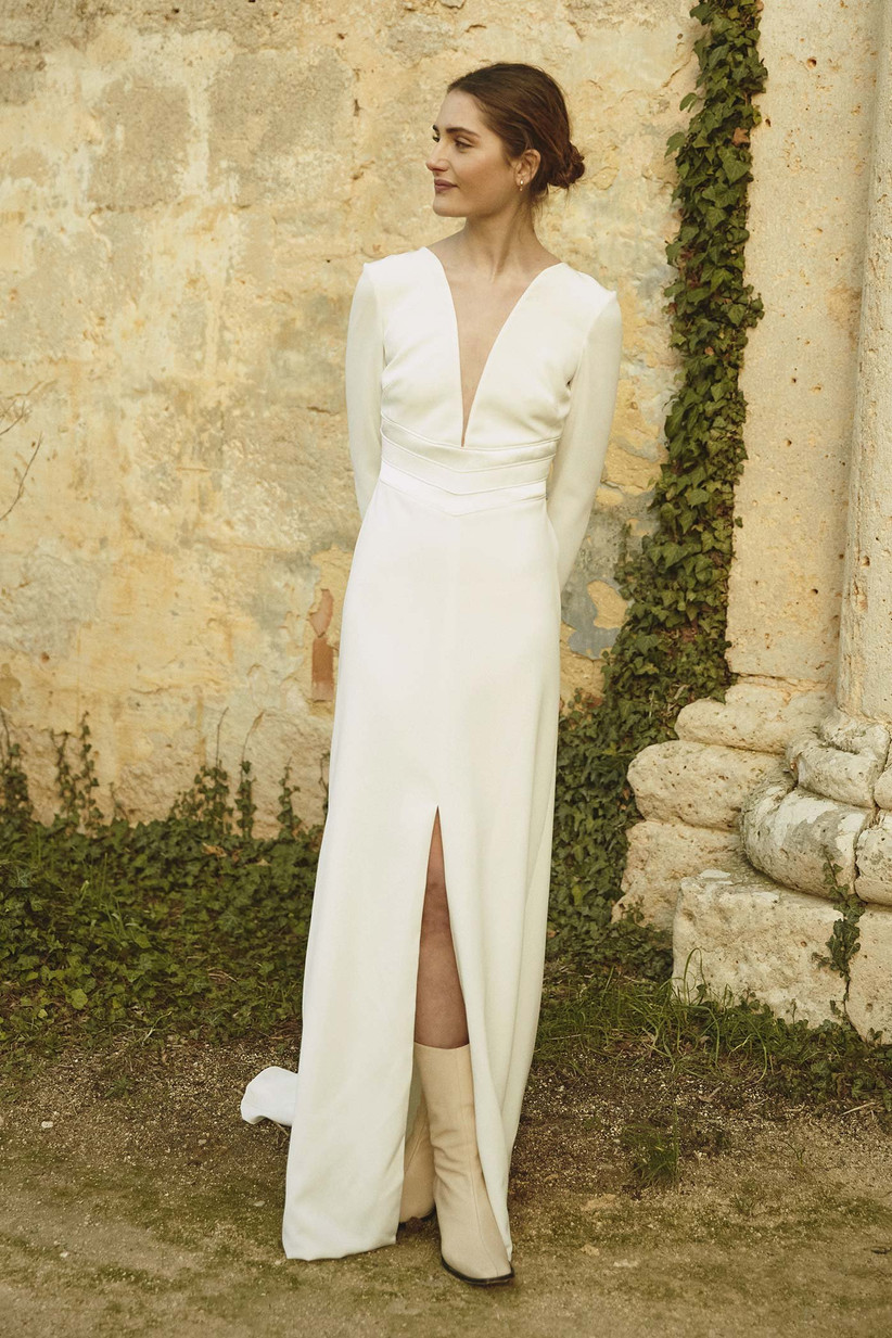 Vestido de novia con amplia abertura frontal en la falda y escote en V de la colección Bartolomea de Colour Nude 2021