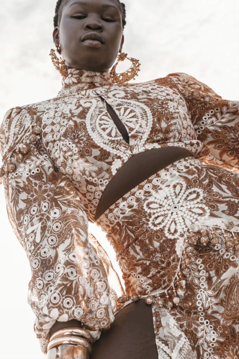Vestido de novia de aire étnico en blanco y marrón de la colección Golden Rhapsody de Rue de Seine 2021