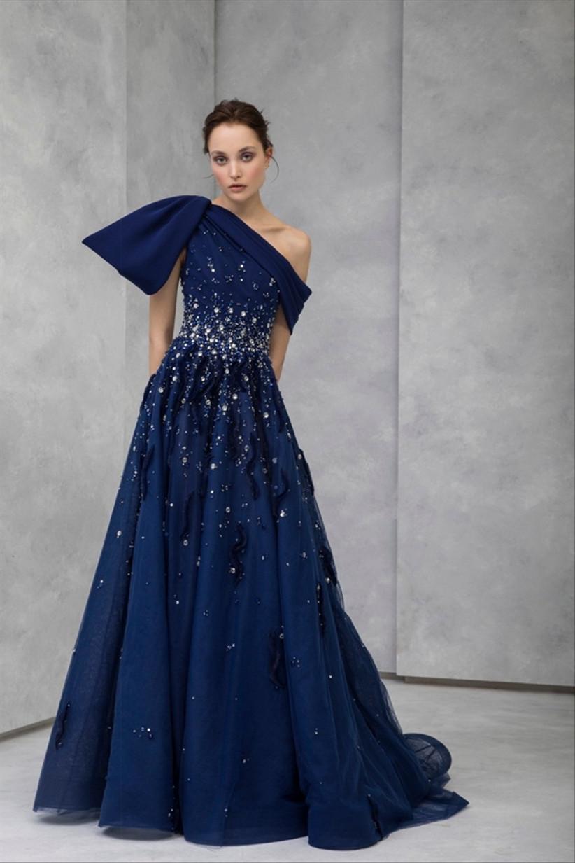 vestido de fiesta azul Tony Ward 2021 con cristales brillantes y escote asimétrico ideal para triunfar en una boda