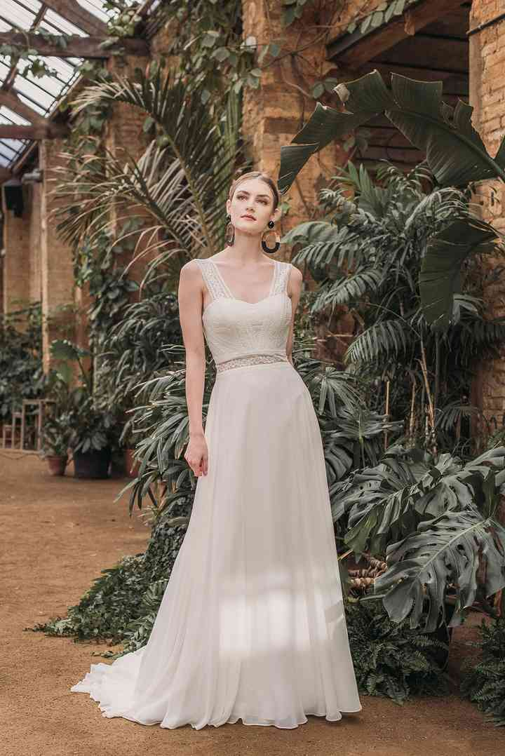 Vestido de novia sencillo con tirantes y cintura marca Fara Sposa