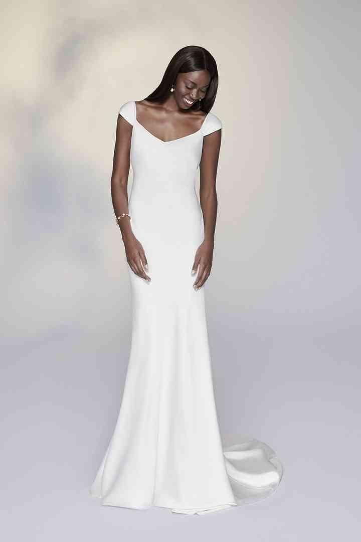 vestido de novia recto y de tipo minimalista de la colección 2022 de Justin Alexander Signature, ideal para la boda