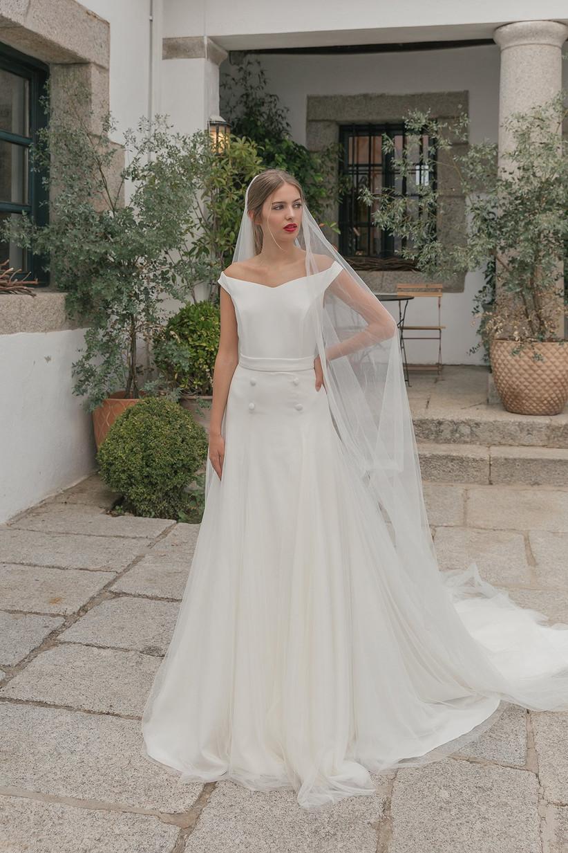 Vestido de novia con escote de hombros caídos de la colección Crush de María Baraza 2021, perfecto para el día de la boda