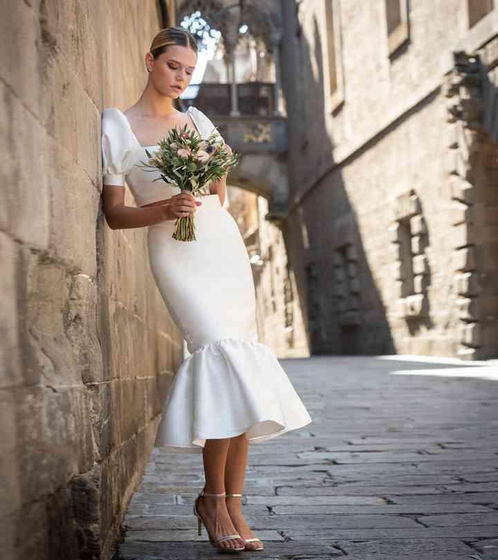 Vestido de novia sencillo de largo midi con volante Cristina Tamborero