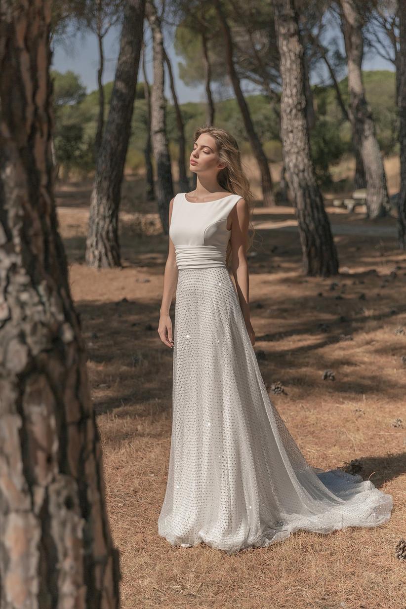Vestido de novia de la colección 2021 de María Baraza, perfecto para el día de la boda, con falda con detalles de brilli brilli