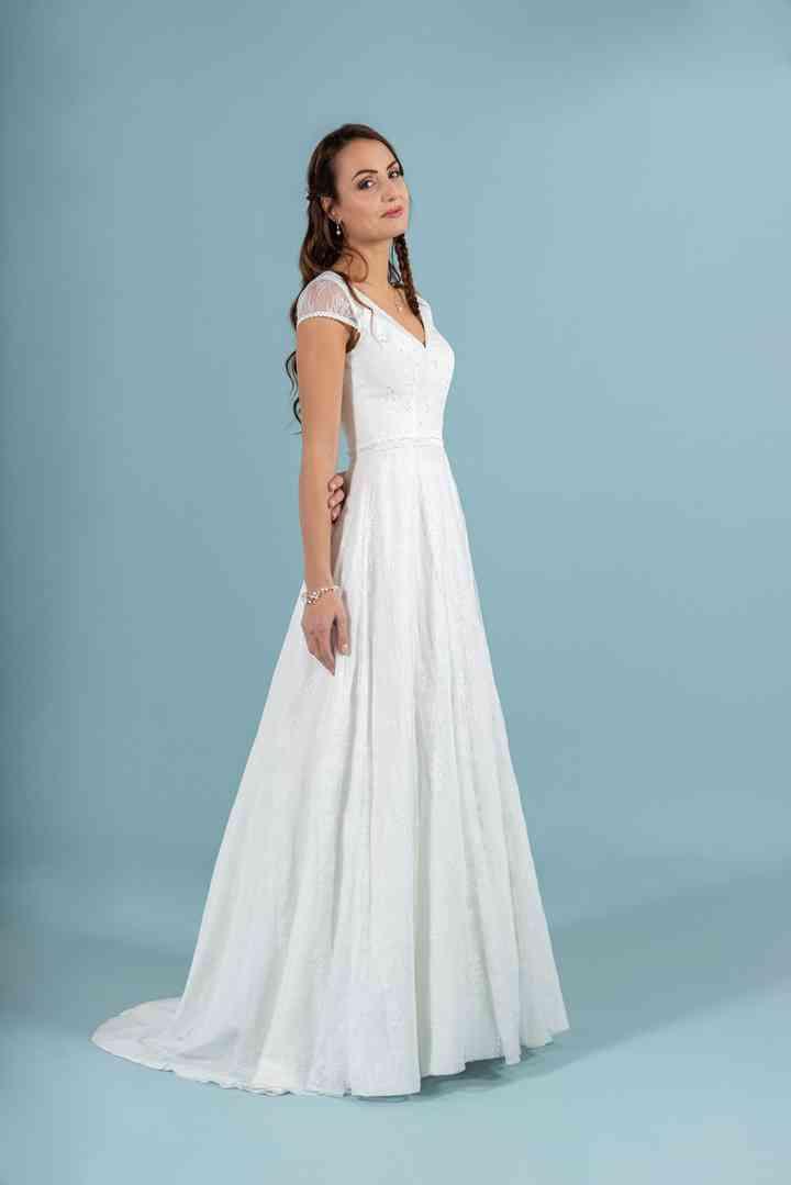 vestido de novia largo sencillo y romántico de la colección 2022 de Eglantine Créations, perfecto para novias naturales