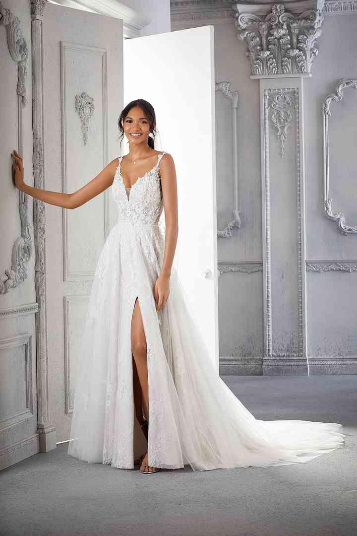sensual vestido de novia con escote en V y abertura en la falda de la colección 2022 de Morilee, perfecto para la boda