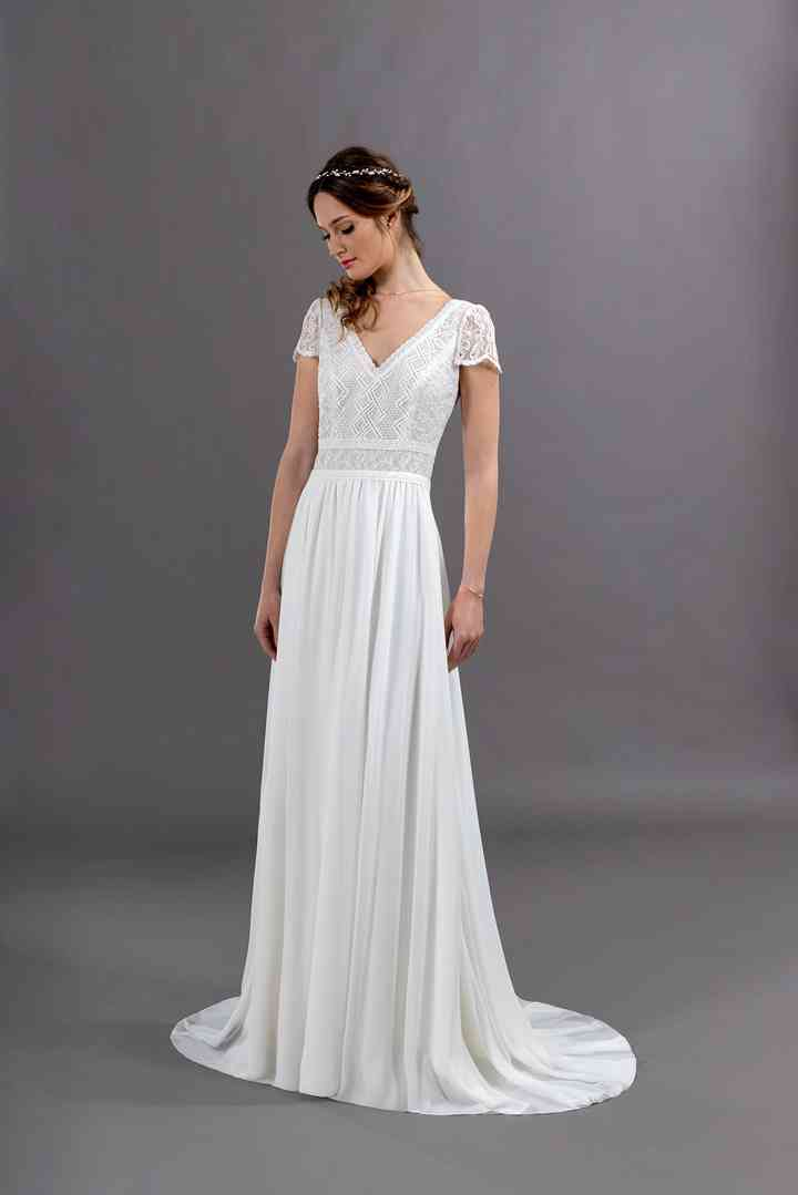 Vestido de novia sencillo con mangas cortas, escote en V y falda con suave caída de la colección 2022 de Eglantine Créations, ideal para la boda