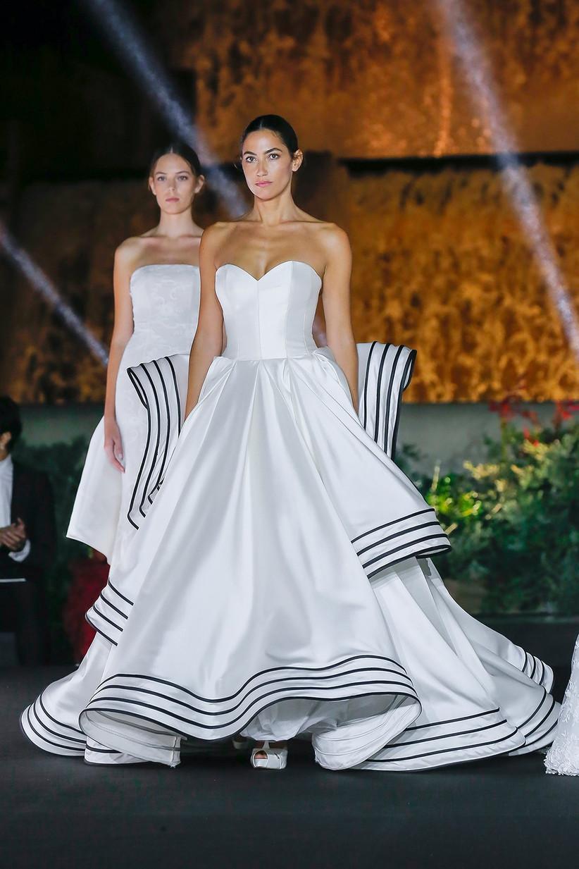 Vestido de novia con falda princesa y detalles en color negro, de Antonio Riva 2022, para el día de la boda