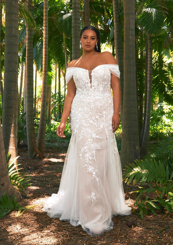 vestido de novia de la colección Edén Pronovias 2022 con flores románticas a lo largo del cuerpo y hombros caídos ideal para novias románticas