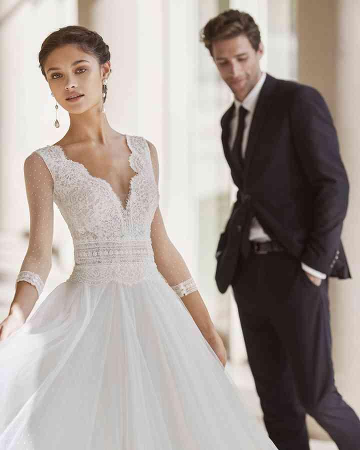 vestido de novia con mangas de tul plumeti, escote en V y cintura bordada de la colección 2022 de Rosa Clará, ideal para la boda