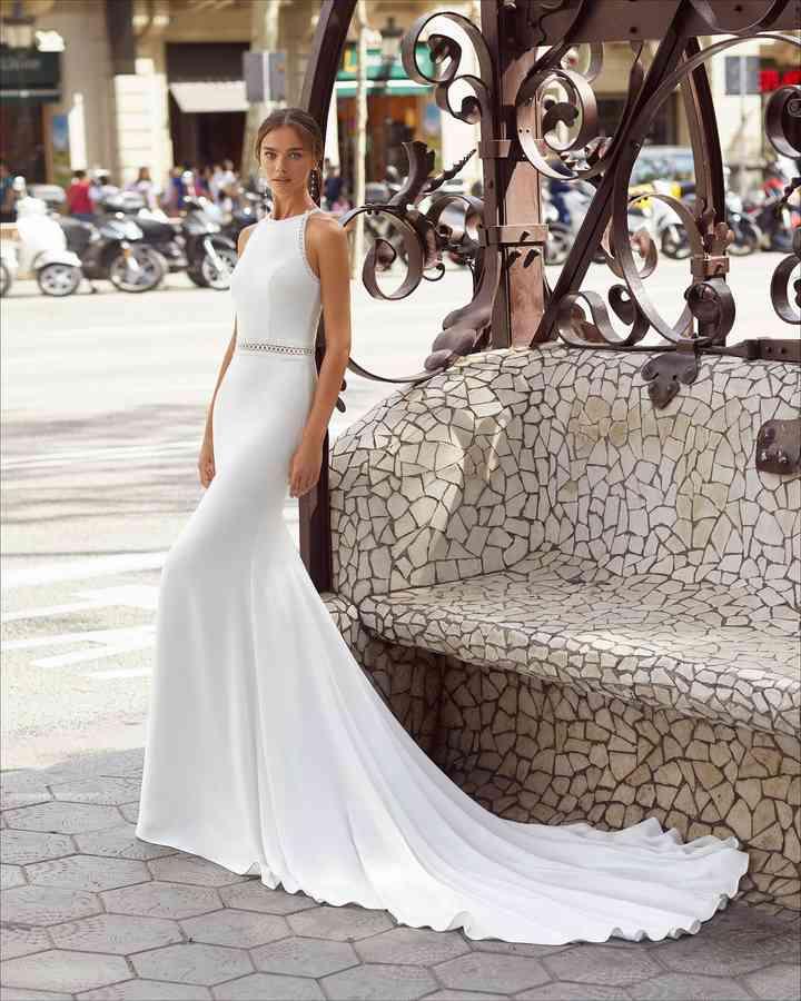 Vestido de novia sencillo con larga cola Luna Novias