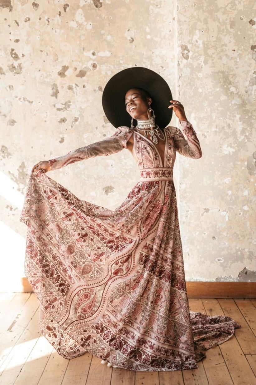Vestido de novia con mangas desmontables y estampado de color de la colección Golden Rhapsody de Rue de Seine 2021