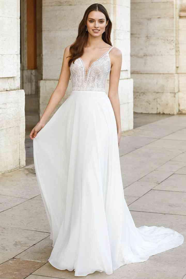 Vestido de novia sencillo con cola Adore by Justin Alexander