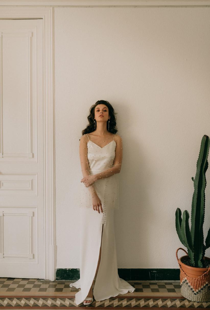 Vestido de novia Otaduy 2021 con  top transparente con aplicaciones perladas y mangas de campana