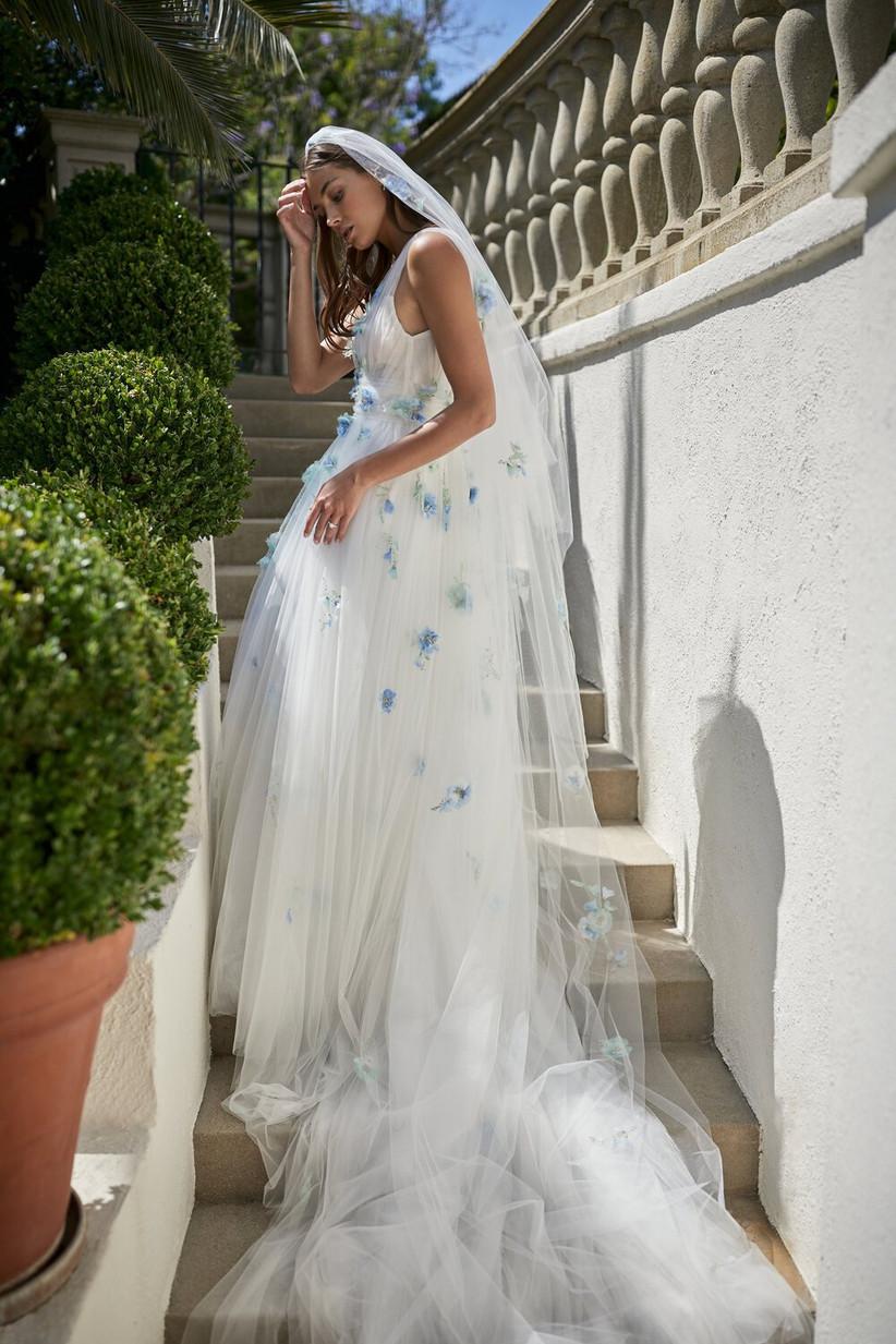 vestido de novia de Monique Lhuiller con bordado floral para novias románticas