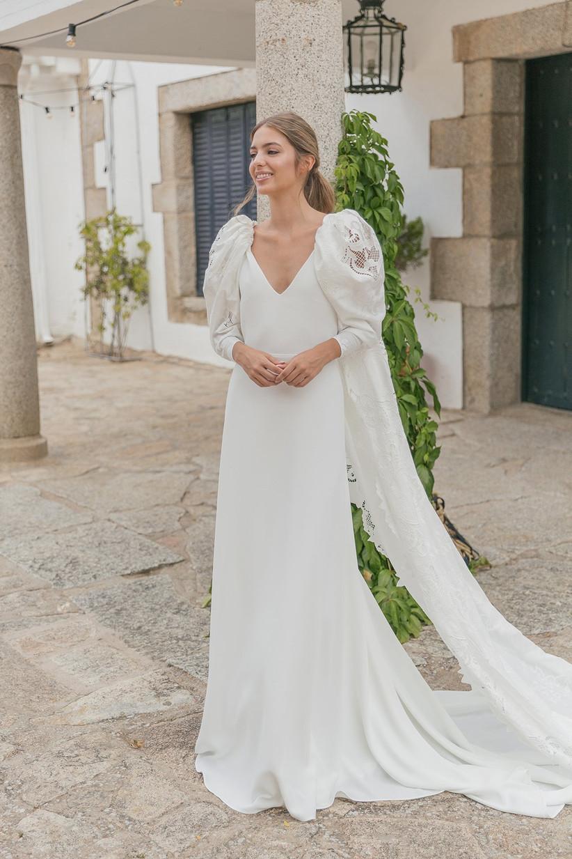 Vestido de novia de la colección 2021 de María Baraza combinado con una capa de batista y perfecto para el día de la boda