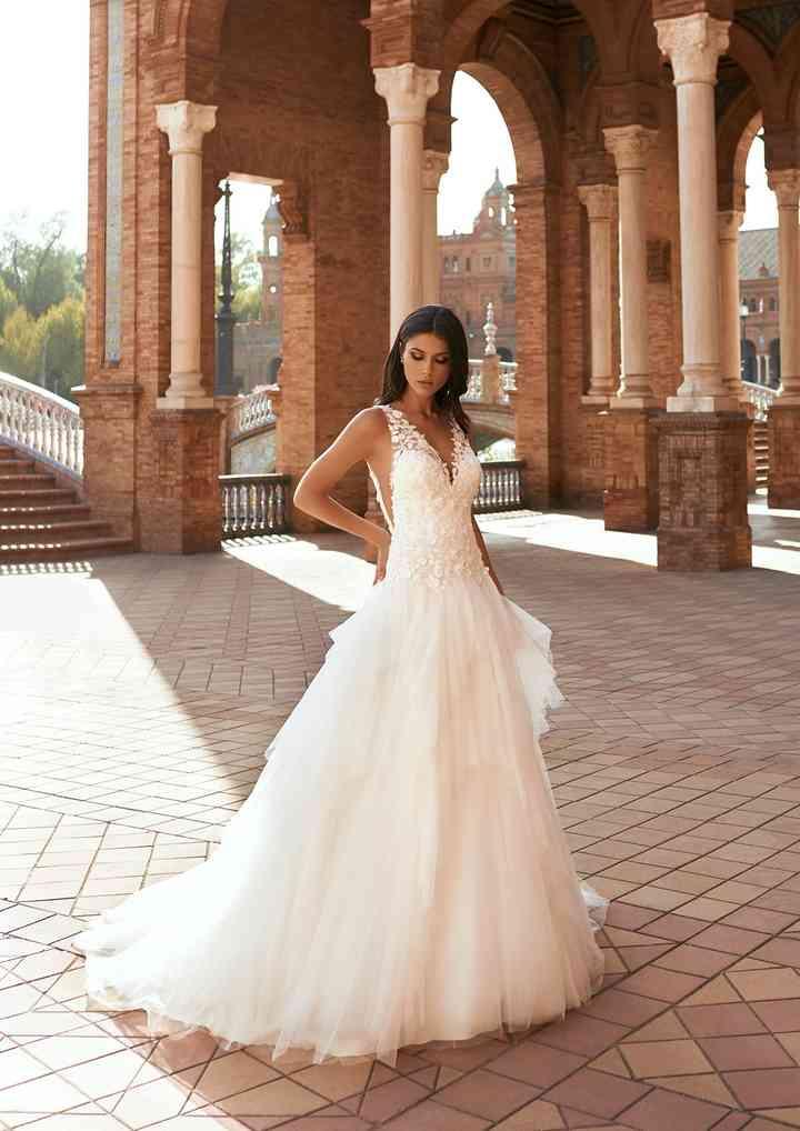 vestido de novia con falda princesa hecha de capas de tul y escote en V de la colección 2022 de Pronovias, ideal para la boda