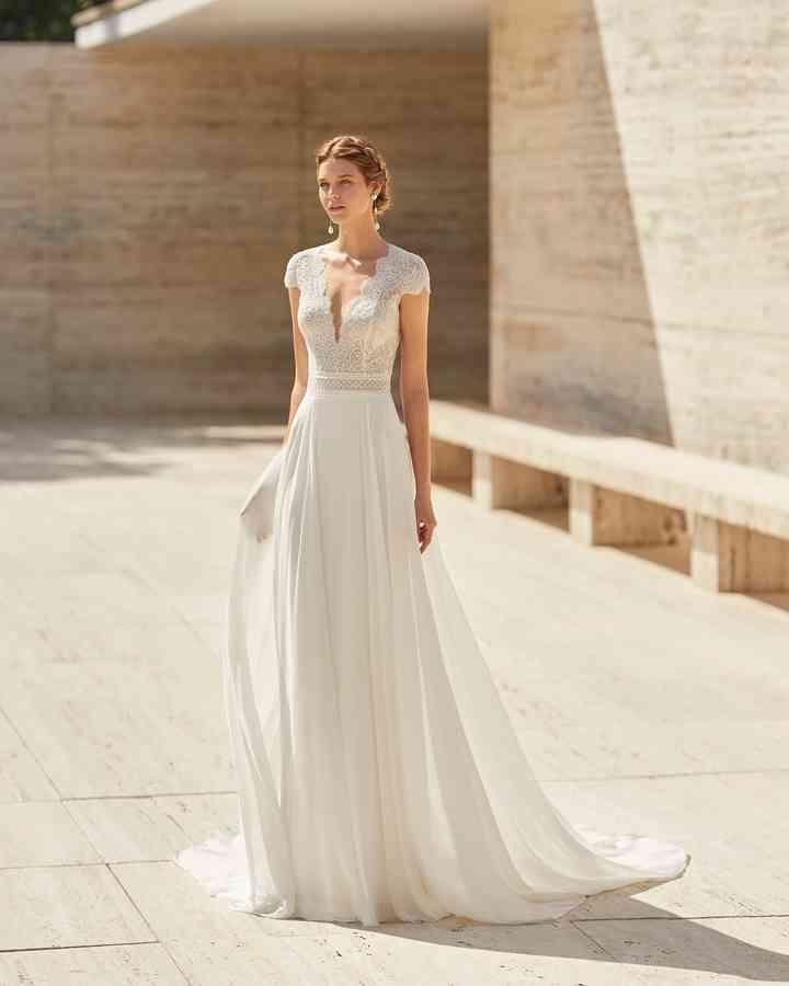Vestido de novia sencillo cuerpo de encaje y falda plisada Rosa Clará