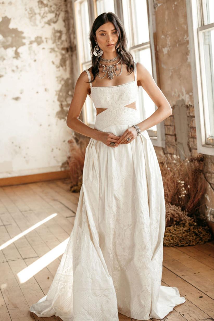 Vestido de novia de corte en A con tirantes de la colección Golden Rhapsody de Rue de Seine 2021