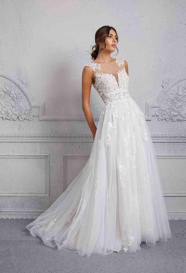 vestido de novia con una romántica falda de línea en A y un escote ilusión con aplicaciones de encaje floral de la colección 2022 de Morilee