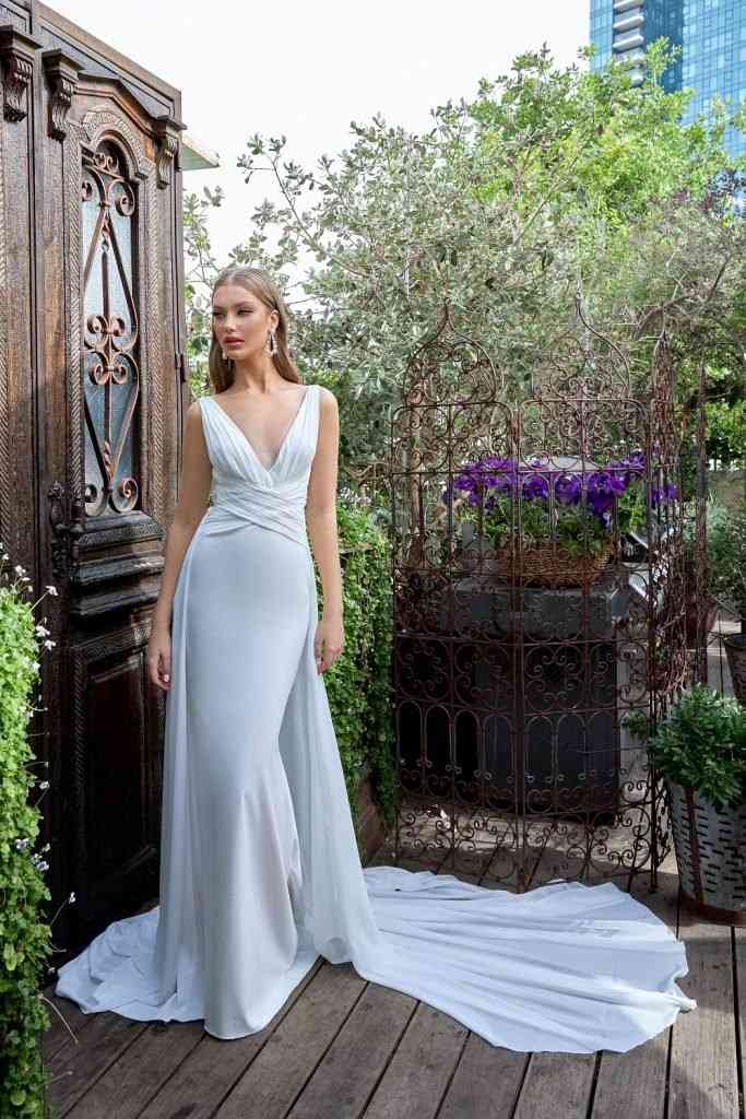 Vestido de novia sencillo con escote drapeado Julie Vino