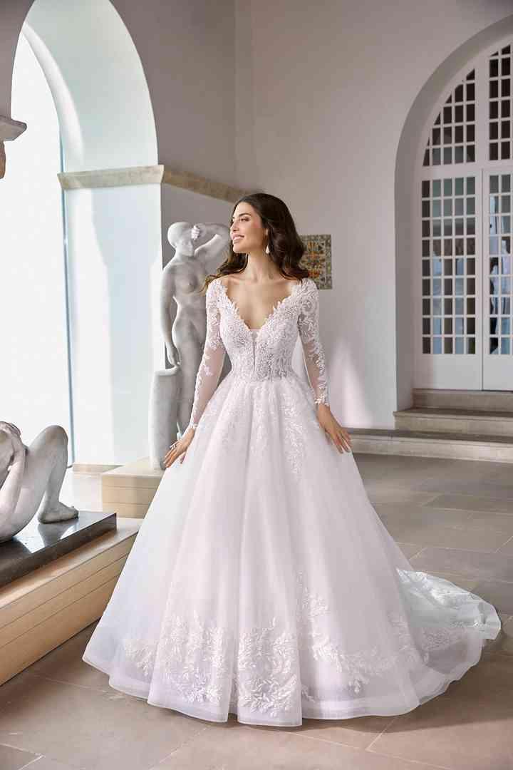 vestido de novia princesa con manga larga de la colección 2022 de Ronald Joyce, perfecto para bodas clásicas