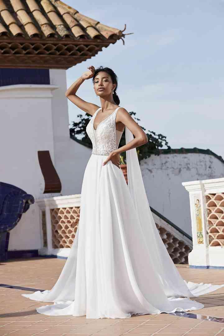 vestido de novia celestial con escote en V y capa de la colección 2022 de Ronald Joyce, ideal para la boda
