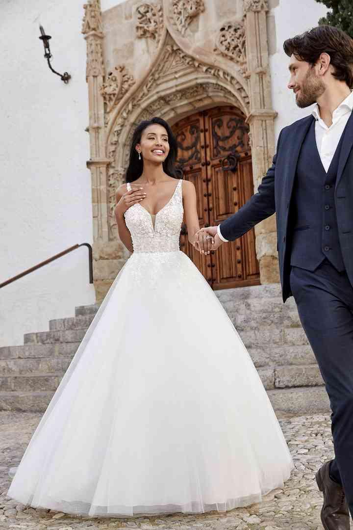 vestido de novia con falda princesa y escote en V de la colección 2022 de Ronald Joyce, perfecto para la boda